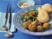 Falafel mit Sesam, dazu Salat und Fladenbrot Rezept