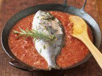 Fisch in Tomatensauce mit gemahlenen Mandeln
