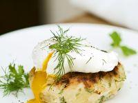 Fisch-Kartoffel-Frikadelle mit verlorenem Ei
