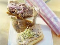 Fischaufstriche und Brot Rezept