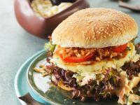 Fischburger mit Krautsalat und Röstzwiebeln