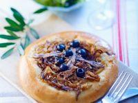 Fladenbrötchen mit Sardellen, Zwiebeln und Oliven Rezept