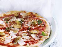 Fladenbrot mit Tomate, grünen Oliven und Parmesan Rezept