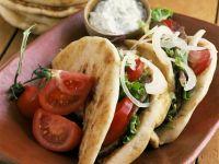Fladenbrote mit Fleisch und Salat gefüllt