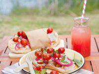 Fladenbrotsandwiches mit Hühnchen, Tomaten, Zwiebeln Rezept