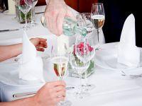 """""""Ein Mineralwasser, bitte!"""" – im Restaurant nur aus der Flasche"""