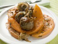 Fleischbällchen mit gebratenen Kürbisstücken Rezept
