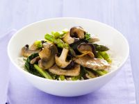 Fleischpfanne mit Spargel und Pilzen auf Reis