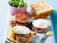 Fleischpflanzerl mit Ei auf Toast