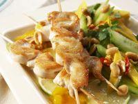 Fleischspieße mit Gurken-Mango-Salat