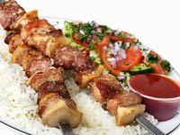 Fleischspieße mit Salat und Reis