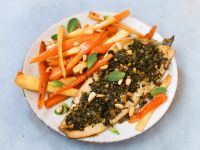 Forellenfilets mit Kräuterkruste und Möhren-Pastinaken-Gemüse Rezept