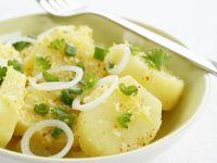 Frischer Kartoffelsalat mit Zwiebeln und Zitrone Rezept