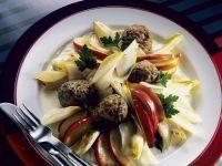Fruchtiger Chicoreesalat mit Fleischklößchen Rezept