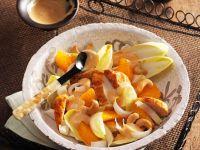 Fruchtiger Chicoréesalat mit gebratener Hähnchenbrust Rezept