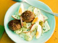 Fruchtiger Kartoffelsalat mit Fleischplfanzerl und Ei Rezept