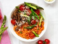 Fruchtiges Tomaten-Risotto mit Spargel und Rindfleischstreifen Rezept
