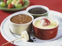 Früchte mit dreierlei Schokoladensaucen Rezept