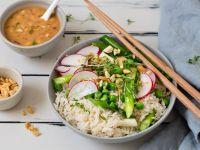 Frühlings-Asia-Reis-Bowl mit Erdnuss-Dressing Rezept