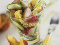 Frühlingshafter Salat mit Radieschen und Gurke Rezept