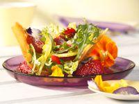 Frühlingssalat mit Pfeffererdbeeren im Brotkörbchen Rezept