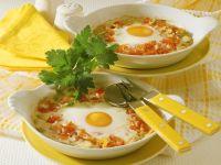 Gebackene Eier auf Pilzen und Tomaten