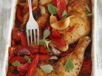 Gebackene Hähnchenkeulen mit Paprika und Tomaten Rezept