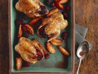 Gebackene Rebhühner mit Äpfeln und Brombeeren Rezept
