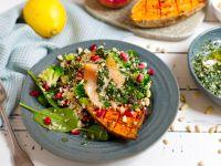 Gebackene Süßkartoffel mit Quinoa-Salat und Lachs Rezept