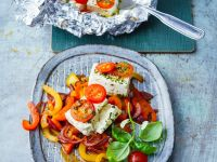 Gebackener Fetakäse auf Paprika-Zwiebel-Gemüse