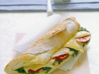 Gebackenes Baguette mit Tomaten, Spinat und Käse Rezept