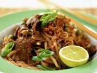 Gebratene asiatische Nudeln mit Rindfleischstreifen Rezept