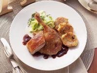 Gebratene Ente mit Zwiebelsoße, Wirsing und böhmischem Knödel Rezept