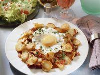 Gebratene Kartoffeln mit Spiegelei und grünem Salat Rezept