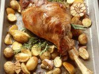 Gebratene Lammkeule mit Kartoffeln und Knoblauch