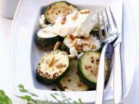Gebratene Zucchini mit Feta und Pinienkernen Rezept