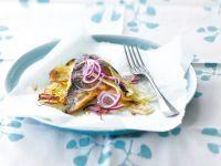 Gebratenes Fischfilet mit Kartoffeln und Zwiebeln Rezept