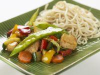 Gebratenes Gemüse mit Hähnchen und Reisnudeln Rezept