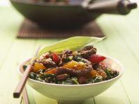 Gebratenes Rindfleisch mit Paprika und Bärlauch im Wok zubereitet Rezept