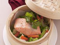 Gedämpftes Lachsfilet mit Gemüse Rezept