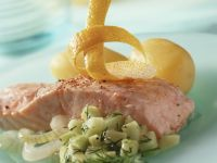 Gedünstetes Lachsfilet mit Gurkensalat und Kartoffeln Rezept