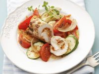 Geflügelroulade mit Zucchini-Tomaten-Gemüse