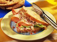 Geflügelsandwicht mit Frischkäse, Sprossen und Gurke Rezept