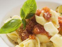 Gefüllte Nudeln mit Tomatensoße, Butter und Basilikum Rezept