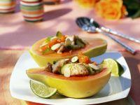 Gefüllte Papaya mit Makrele, Gurke und Kirschtomaten Rezept