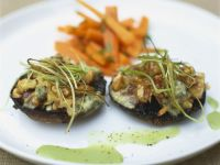Gefüllte Portobello-Pilze mit Karottengemüse