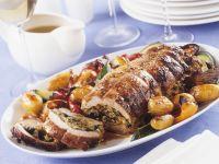 Gefüllter Schweinerollbraten mit gebratenen Kartoffeln und Gemüse Rezept