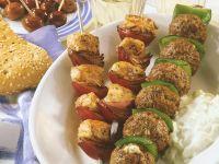 Gegrillte Hackbällchenspiesse und Puten-Kebab mit Zwiebeln Rezept