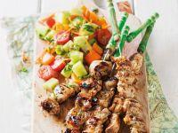 Gegrillte Hähnchenspieße mit Salat Rezept
