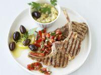 Gegrillte Lammkoteletts mit Tomaten und Oliven Rezept